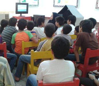 بچه ها در حال تماشای انیمیشنِ ساخت کانون...
